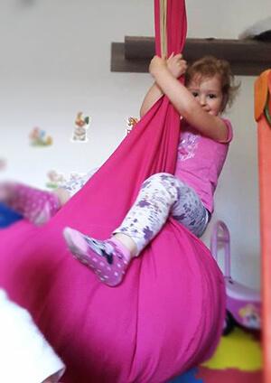 kislány palinta hintázás közben